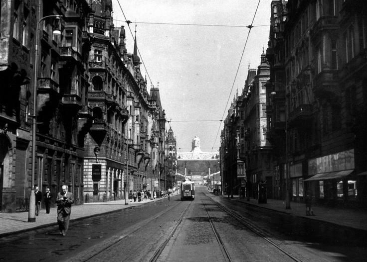 Tramvaj v Pažíské v pozadí se Stalinovým pomníkem na Letné. Poslední tramvaj tudy projela na Silvestra 1959. - (Foto: Jan Novotný)
