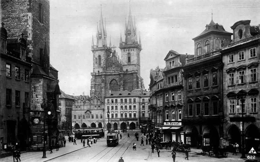 Tramvaj na Staroměstském náměstí jezdila od roku 1883 až do roku 1966. V roce 1914 byly přes Staroměstské náměstí vedeny dokonce tři linky. - (Foto: autor nezámý)