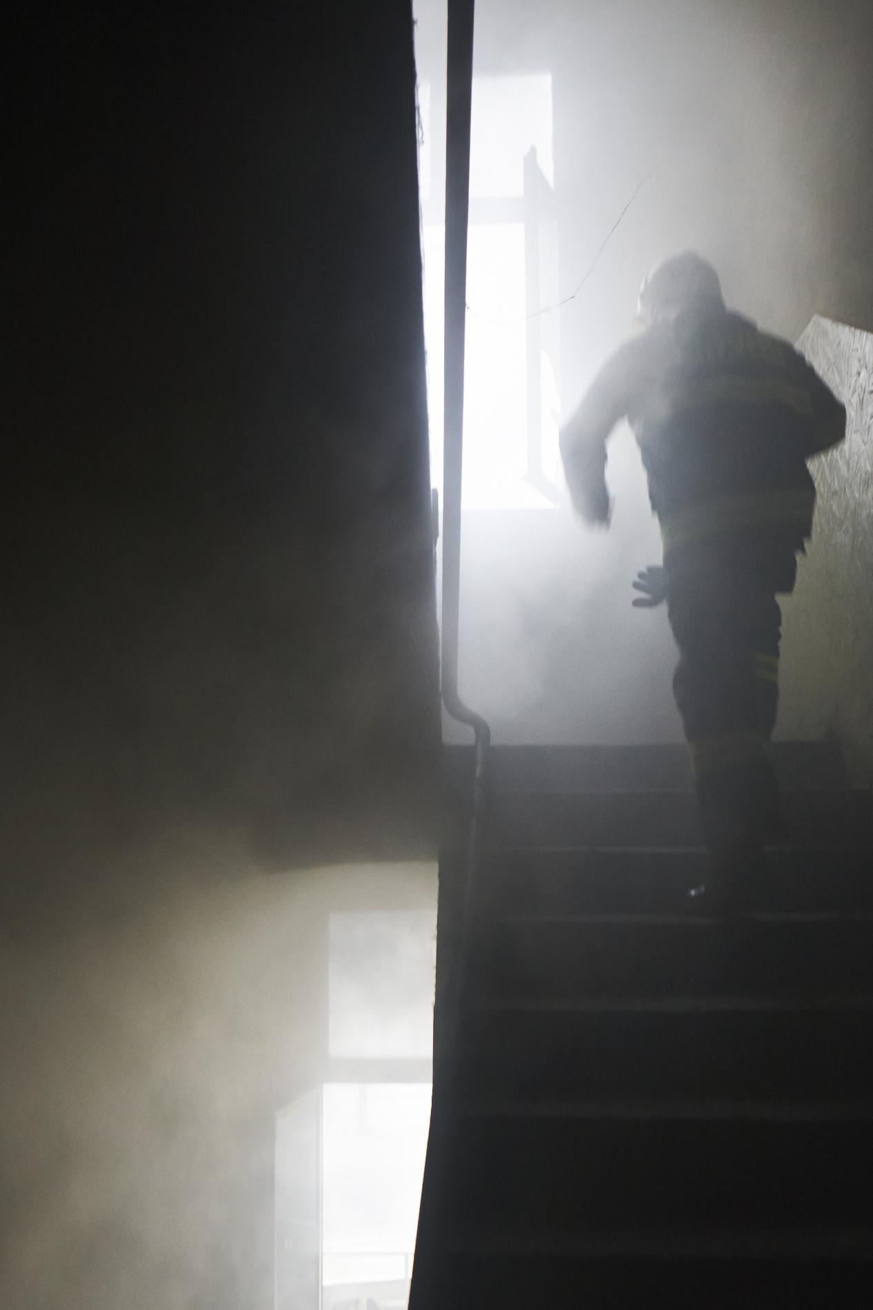 Byl jednou jeden opuštěný dům a v tom domě hořelo. Přijeli hasiči a oheň sfoukli. Byl jednou jeden opuštěný dům a v tom domě hořelo už podruhé během odpoledne. Přijeli hasiči a oheň zase sfoukli. Blízko tohoto domu byl také jeden mladý muž a toho o dvě hodiny později sbalila policie. Dalo by se říci, že dobro zvítězilo nad zlem. Klíčovým svědkem se stal záznam kamerového systému. Hasičský vyšetřovatel na  něm viděl onoho muže, jak vedle něj během hašení dokonce postává. Na otázku, proč to udělal, odvětil, že ho prý naštvali v práci.- (Foto: Jaromír Chalabala)