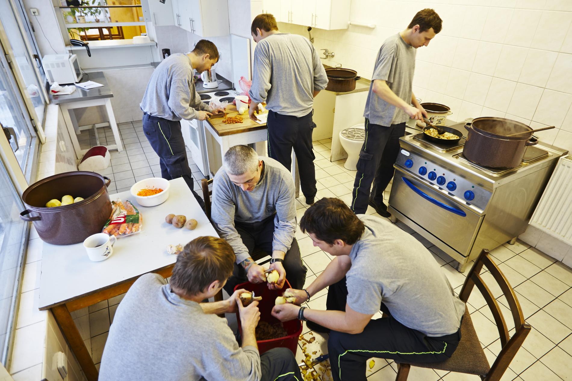 Příprava oběda na stanici číslo 5 ve Strašnicích - (Foto: Jaromír Chalabala)