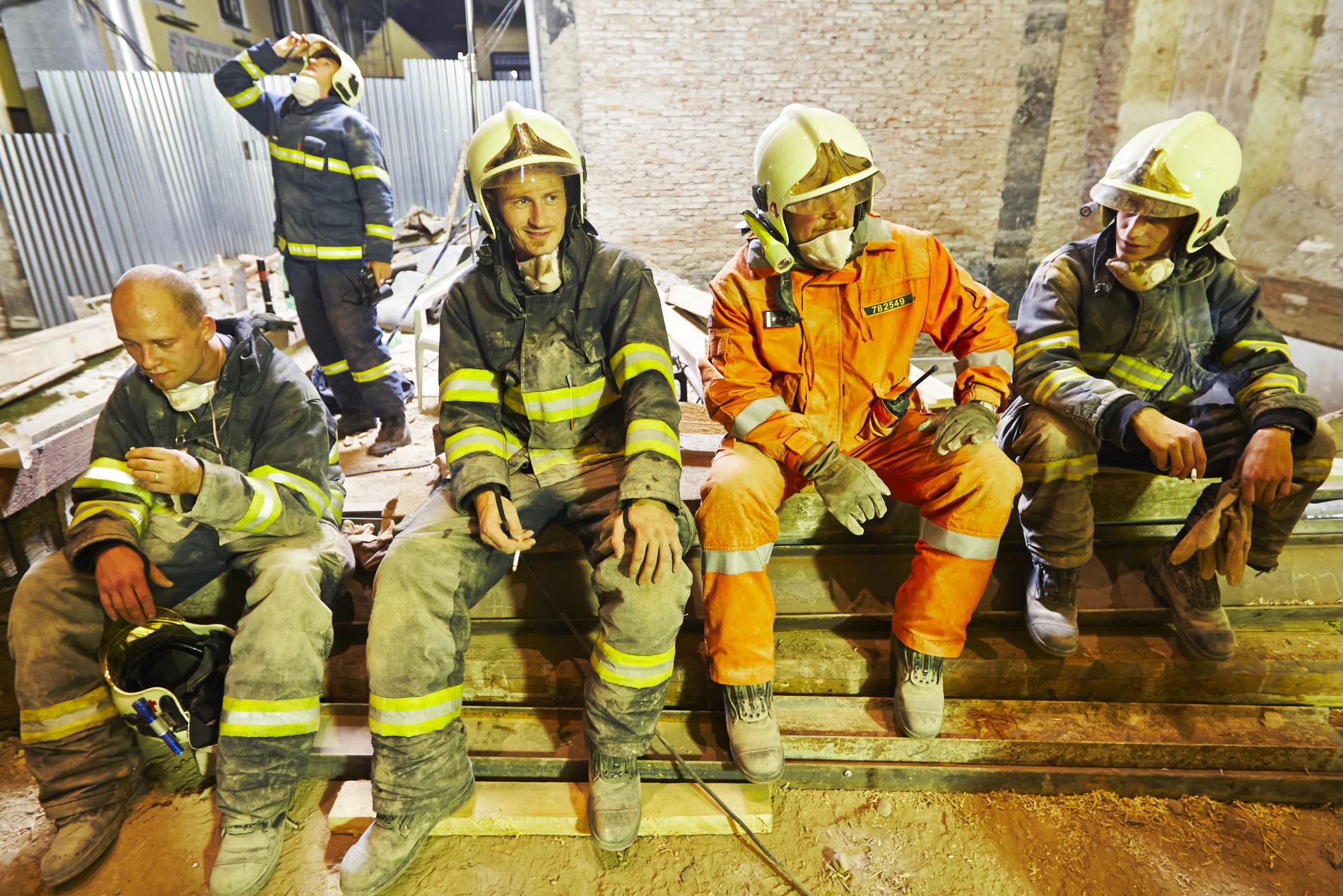 Po třiceti hodinách odhrabávání sutin hasiči nalezli první tělo. Jenže jako by trosky domu ještě neřekly poslední slovo, kdykoliv se mohou bortit dál. Akce pokračuje. Jen co si tito muži jen trochu odpočinou, vystřídají své kolegy. - (Foto: Jaromír Chalabala)