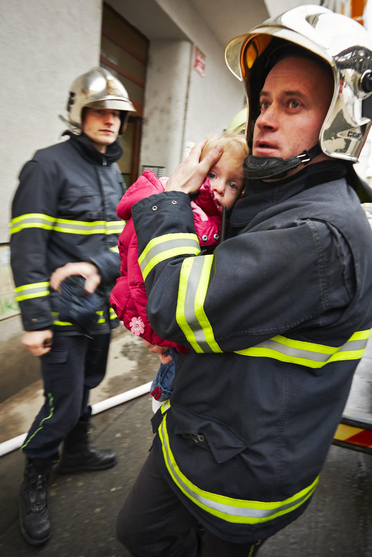 """""""Všem stanicím, které jedou k případu požáru v domě: Volali nám lidé ze čtvrtého patra, že mají na chodbě hustý kouř a nemohou ven.""""- (Foto: Jaromír Chalabala)"""