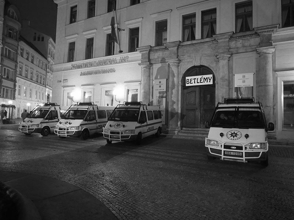 Příprava na rušnou noc na Václaváku. Praha Jungmannovo nám. 31.XII.2013. 19:07. - Foto: Eugen Kukla