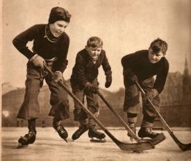 Protože v Praze byl v té době jen jeden zimní stadion, tak se Vltava hned po zamrznutí zaplnila hokejisty všeho věku