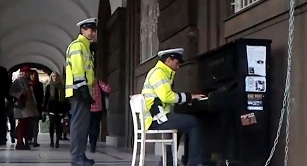 Policista hraje na piano
