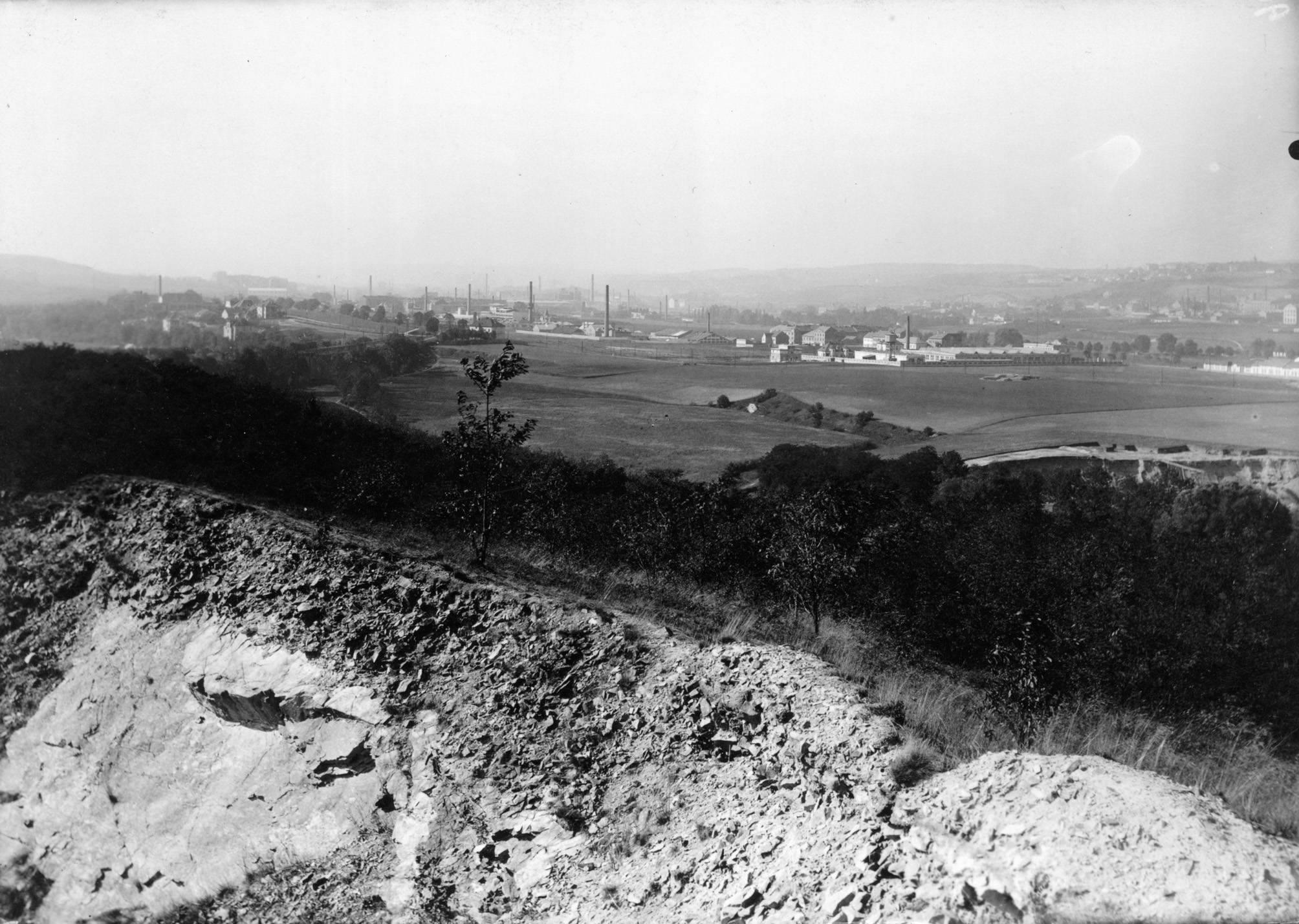 Navazující snímek ukazuje široké rovinaté údolí Rokytky mezi Hloubětínem a Vysočany. Na obzoru je již patrná rychle se rozvíjející průmyslová zástavba, která někdejší úrodnou zemědělskou krajinu ve 20.století pohltila. - popisky sepsal architekt Petr Kučera