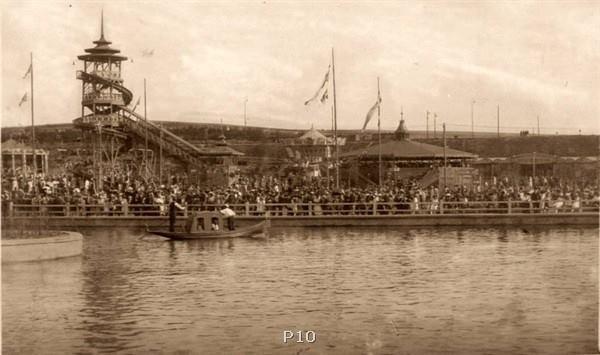 Na laguně se hrálo divadlo, večer se pořádaly ohňostroje
