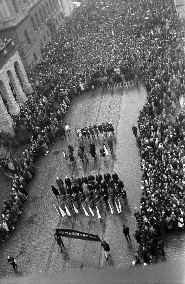 25. ledna 1969 - Pohřeb Jana Palacha. Praha se loučí se svým tragickým hrdinou. 16. ledna 1969 se dvacetiletý student Jan Palach upálil na protest proti sovětské okupaci Československa. Foto: Dusan Neumann