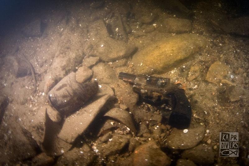 Některé předměty potápěči nevynášeli, ale jen zaznamenali jejich polohu a velikost - Foto: archiv potápěči Kapr Divers