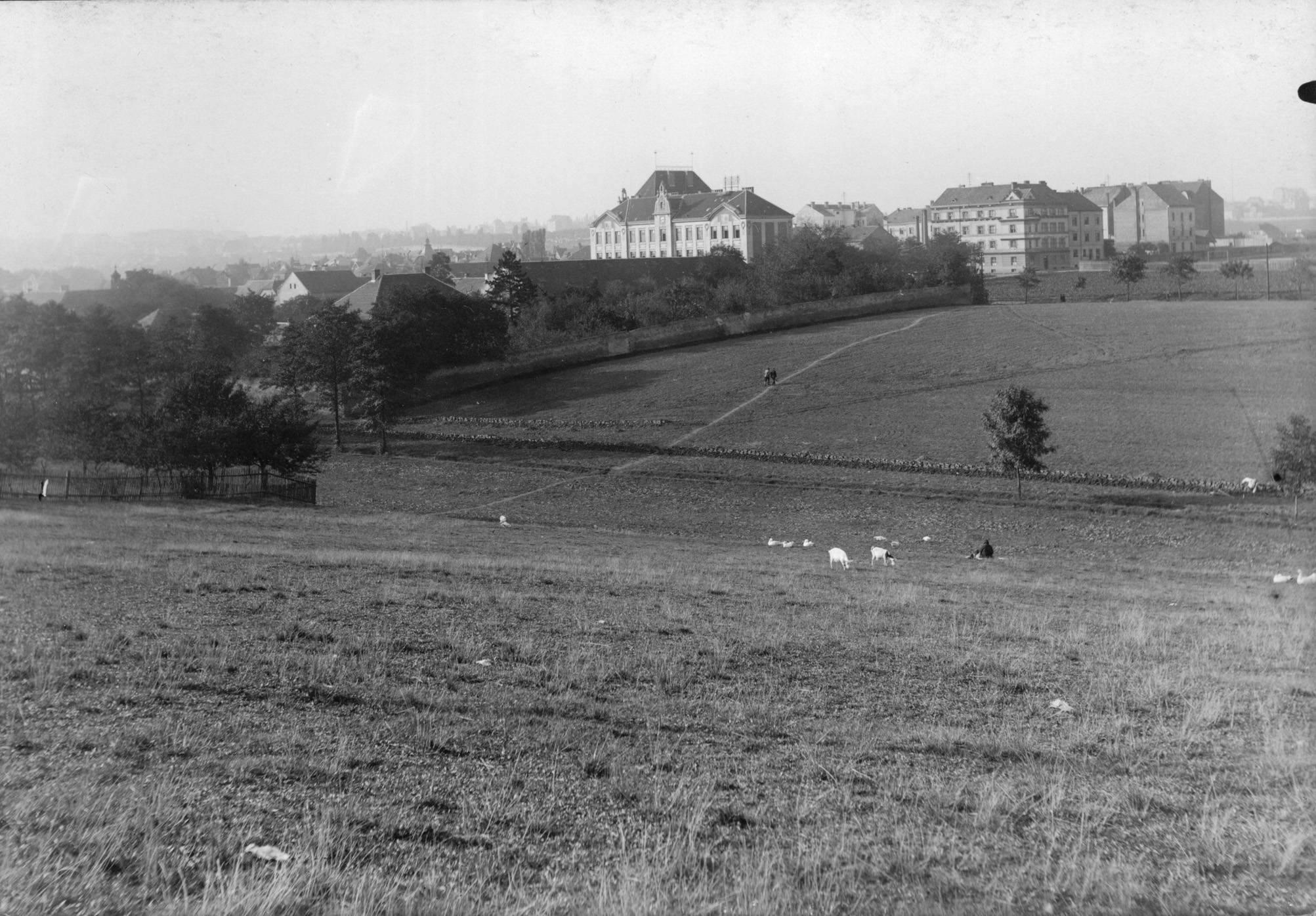 Pohled na staré Strašnice kolem roku 1927. Zatímco původní venkovská zástavba byla v poslední třetině 20. století prakticky zničena, secesní budova školy uprostřed na snímku, se zachovala dodnes. - popisky sepsal architekt Petr Kučera