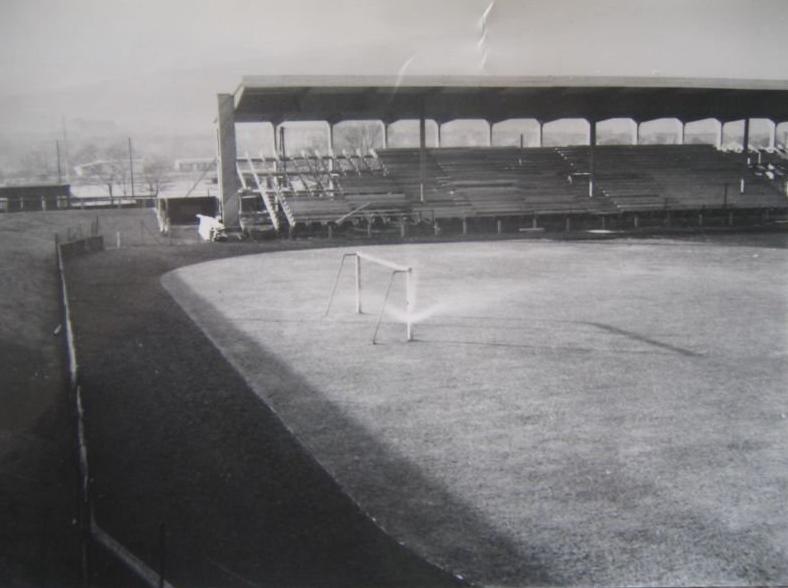 Stadion Slavie na Letné v roce 1948. Stavba byla poté, kdy vyhořela na konci války zrekonstruována. Po třech letech ale bylo kvůli pomníku Stalina rozhodnuto o stěhování do Edenu