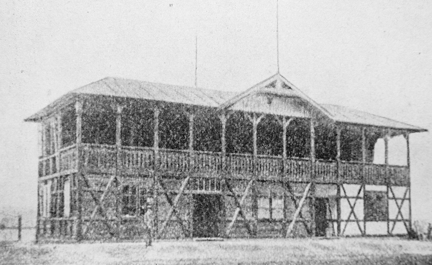 akto vypadal původní tribuna na slávistickém stadionu z roku 1901. Šlo o vůbec první tribunu českého fotbalu