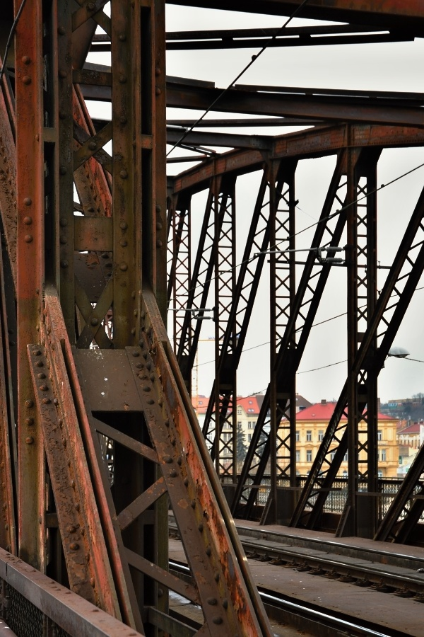 V současné době je železniční most v havarijním stavu. Jeho rozsáhlá rekonstrukce je nezbytná. - Foto: Jana Ježková