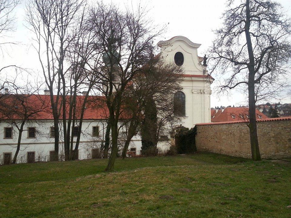 Již v závěru stavebních prací v r. 1718 byla na jižním svahu nad budovou nového konventu a prelatury vytyčena a v následujících letech kamennou zdí ohrazena klášterní zahrada /se třemi branami do polí/, na které bylo vysázeno prvních 319 stromků, jako základ nově založené zahrady. Obdělávané pozemky a záhony se zpočátku stále ještě nacházely převážně na východní straně kláštera nad přilehlým rybníkem s pivovarem a horní část zahrady tvořil sad.