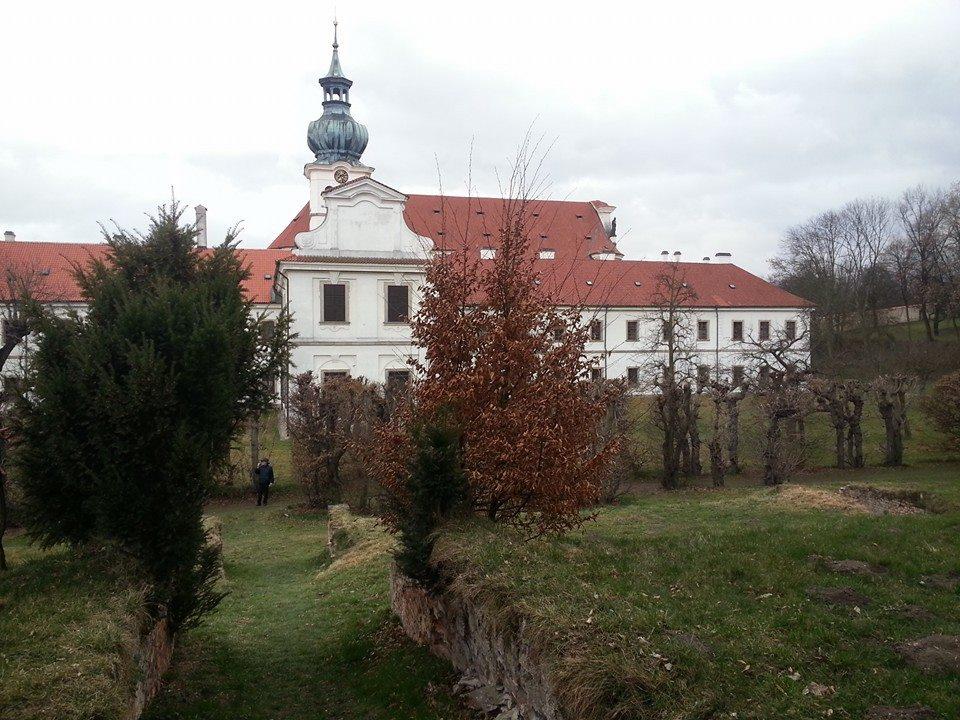 Součástí velkolepé stavební akce v 18. století byly i rozsáhlé terénní úpravy na severní a východní straně kostela, kde byl původně svažitý terén vyrovnán do jediné terasy na úrovni přízemí zahradního pavilonu Vojtěška.