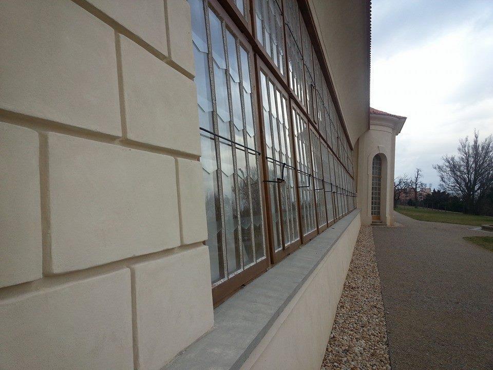 První zmínka o oranžerii /skleníku/ v klášterní zahradě je v diáriích břevnovského provizorátu uvedena k r. 1737. Za autora návrhu je považován Kilián Ignác Dientzenhofer. Jedná se o úzkou podélnou stavbu přiléhající k opěrné zdi 4. terasy. Její centrální část je zaklenutá, otevřená dopředu směrem ke klášterním budovám jako salla terrena. Na tento zděný, hloubkově orientovaný ovál symetricky po obou stranách přiléhají prosklená skleníková křídla s dřevěnými sloupky šikmých výplní.