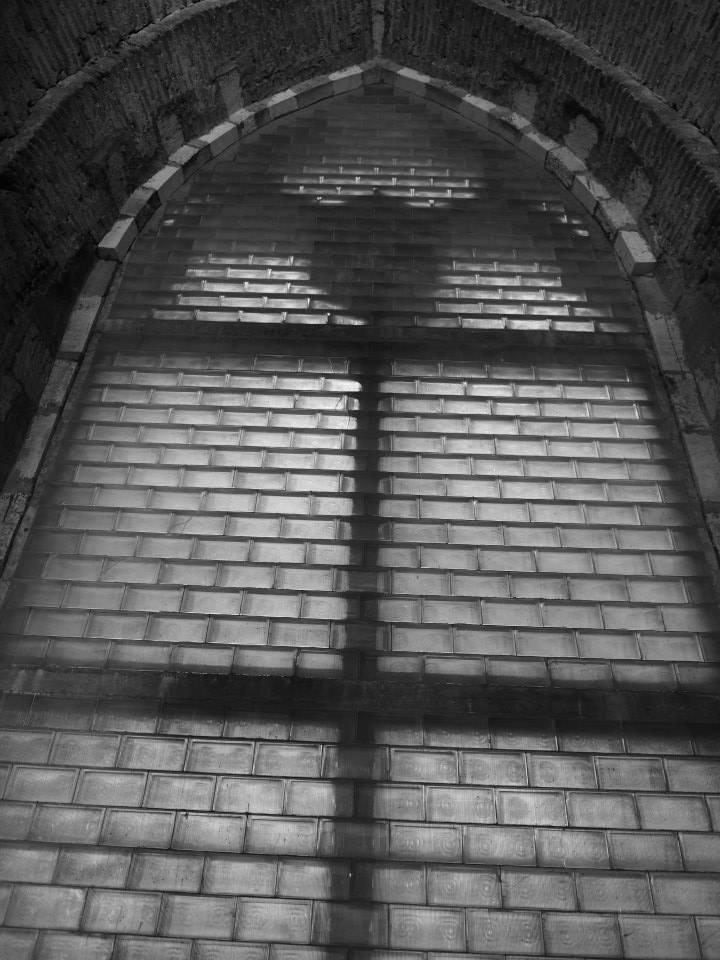 Luxfery zazdily severní okno zvonice. Na přání komunistického prezidenta Gustava Husáka, kterého zvony rušily. Proč tam jsou ty luxfery dodnes je mi tedy záhadou - Foto: Eugen Kukla