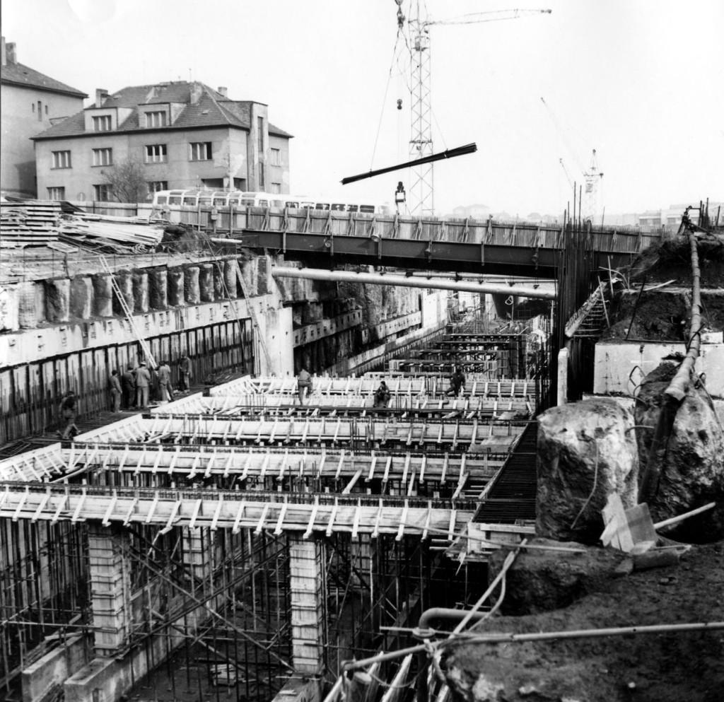 Výstavba stanice Kačerov s využitím provizorního silničního mostu 9. března 1972. - Foto: Archiv DPP