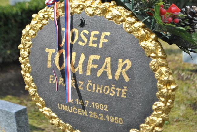 Hrob faráře Josefa Toufara na Ďáblickém hřbitově
