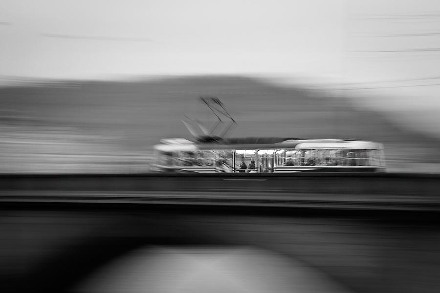 """Pražská tramvaj je i pro turisty určitou atrakcí, na její jízdě není až tolik zajímavého. Napadlo mě pohled zpestřit focením z ruky na delší čas a delší ohnisko tzv. """"panning"""". Při bližším pohledu je vidět v tramvaji dívka, která se dívá ven – dodává tak celé fotce příběh .."""