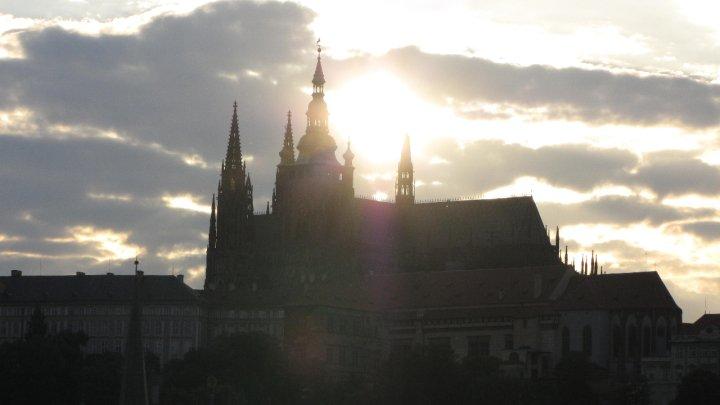 Při západu slunce opustí lucernu velké věže a míří do západní menší věže gotické - Foto: David Černý
