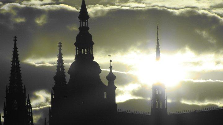 Slunce prosvítí západní gotickou věž - Foto: David Černý