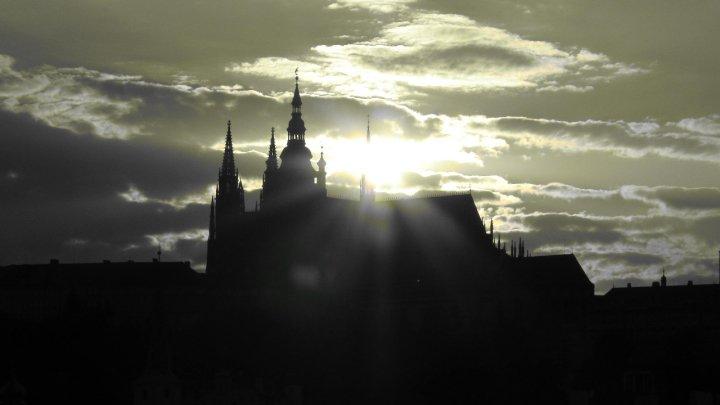 Slunce prokreslí siluletu Hradu - Foto: David Černý