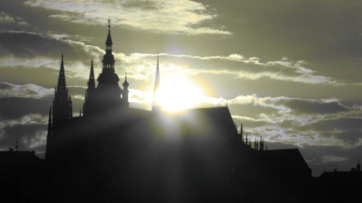 Slunce opouští západní věž a míří do míst, kde jsou uloženy ostatky svatého Víta