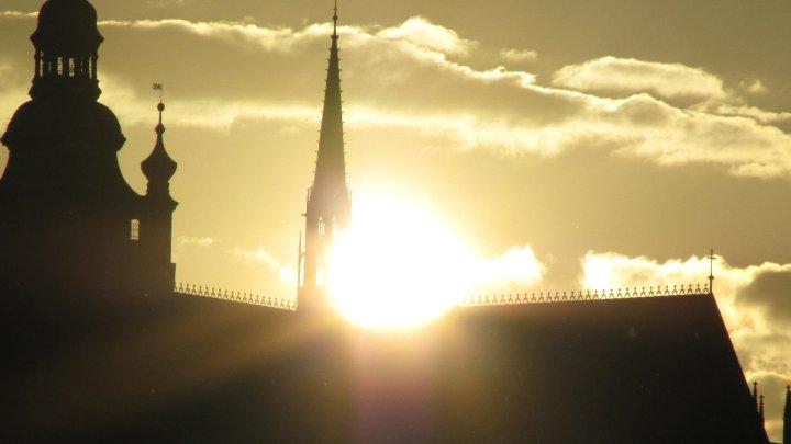 Slunce opticky prolamuje střechu chrámu - Foto: David Černý