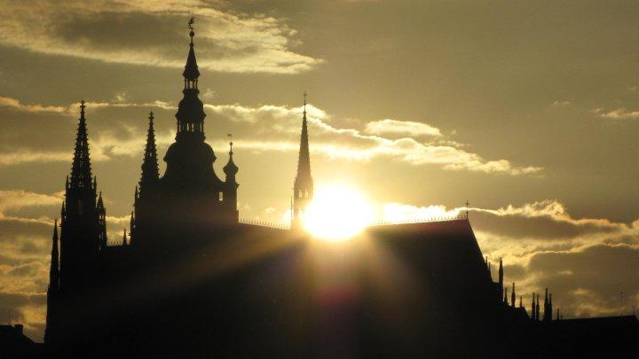Slunce zapadá do chrámu svatého Víta - Foto: David Černý