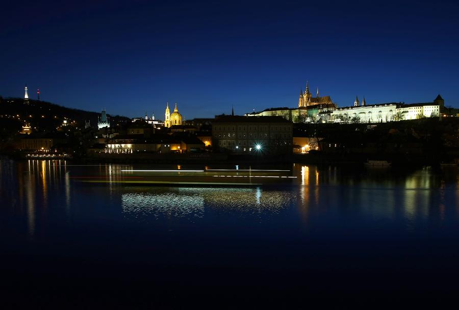 """Opět jedna """"stativovka"""" z krásného místa s výhledem na Pražský Hrad – průjezd lodi jen umocňuje večerní pohled"""