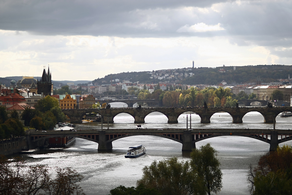 Pohled na pražské mosty s výletní lodí po Vltavě