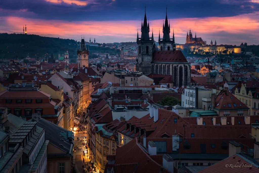 Fotografie celého Starého města z Prašné brány při západu slunce, foceno ve zlaté hodince. - Foto: Richard Horák