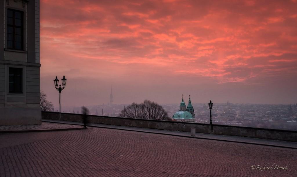 """""""Rudá záře nad Prahou, to bylo letos, 2014,v zimě ráno okolo 6.00 všude prázdno, mrzlo až praštělo, cca -17' C a na strašně krátkou chvíli vykouzlilo slunce v mracích tu červenou nádheru..."""" - Foto: Richard Horák"""