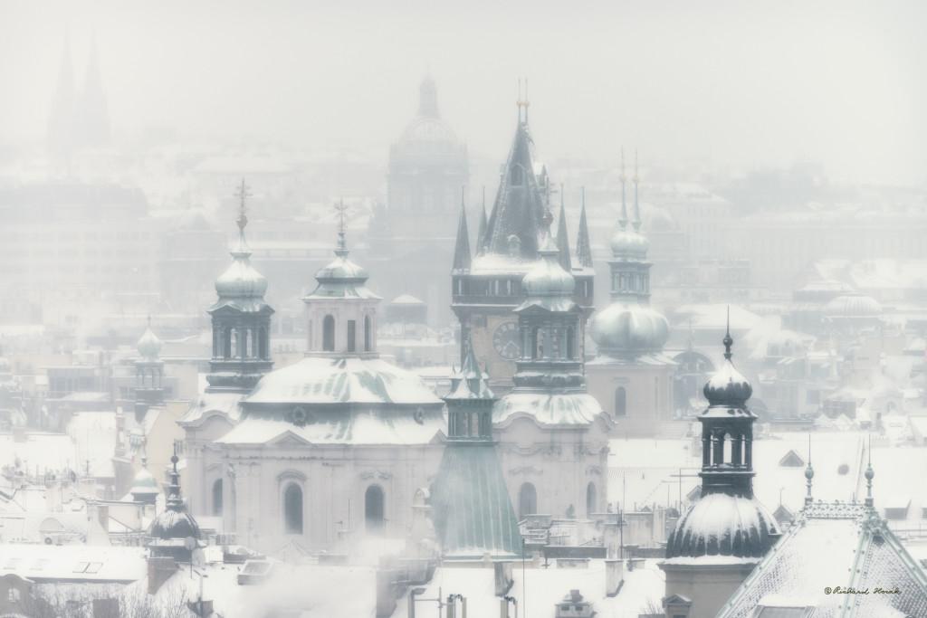 Pražské věže Starého města 27.1.2014 z Letné -15' C.- Foto: Richard Horák