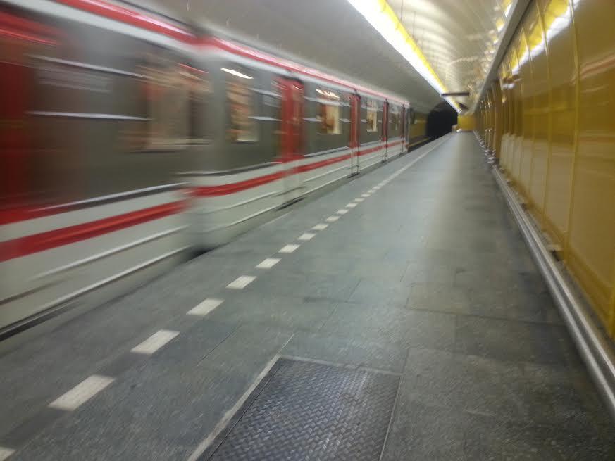 Metro odjíždí ze stanice