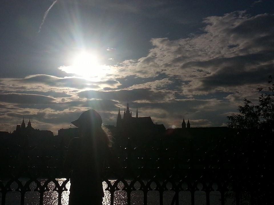 Slunce je ještě vysoko, ale  už se chystá zapadnou do střechy katedrály - Foto: David Černý