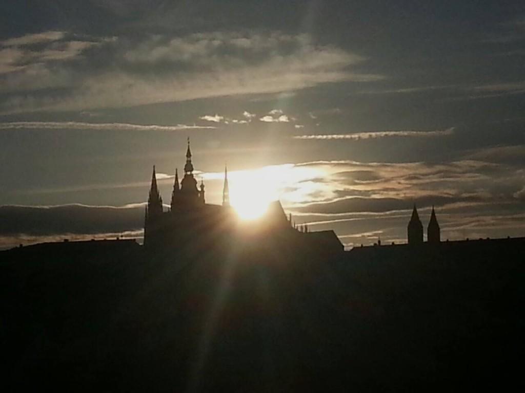 Slunce zapadá do míst, kde jsou uloženy ostatky svatého Víta - Foto: David Černý