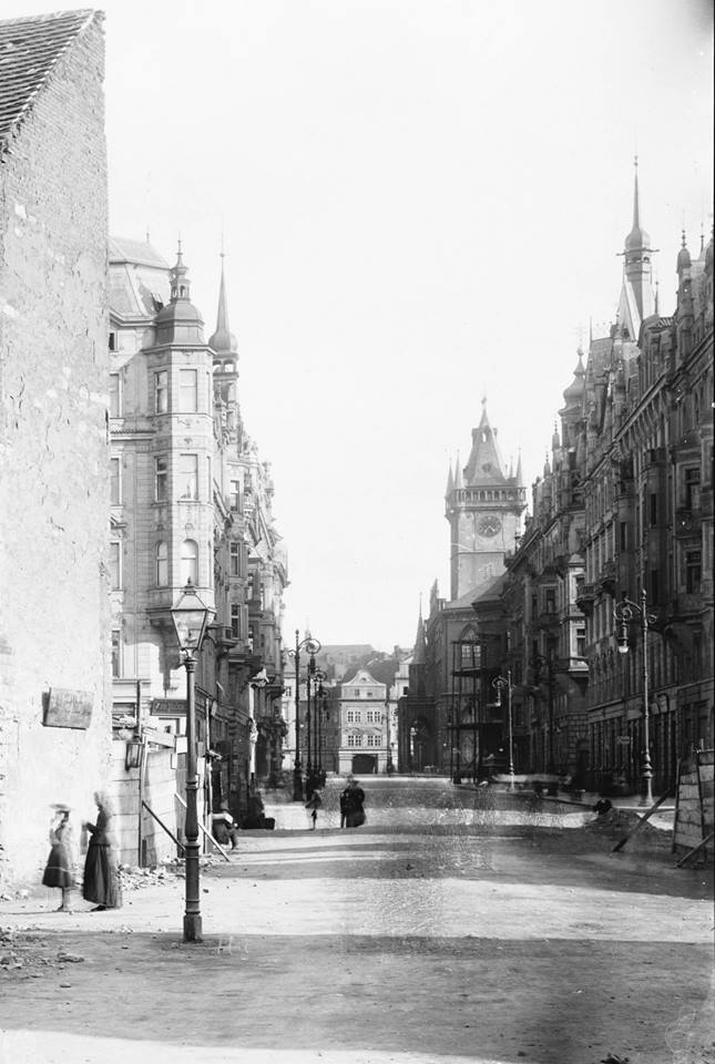 1904 - Průhled Pařížskou ulicí v roce 1904. V pozadí Staroměstská radnice s balkónem, Krennův dům již zbořen. - Foto vybral a popisky pořídil facebookový profil Staroměstská radnice v Praze