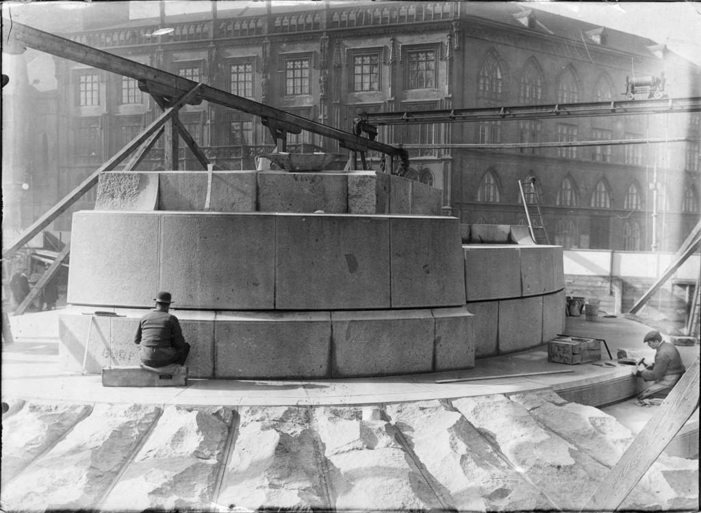 1914 - Pohled na právě dokončený podstavec pomníku Jana Husa v březnu 1914. V pozadí severovýchodní křídlo Staroměstské radnice. - Foto vybral a popisky pořídil facebookový profil Staroměstská radnice v Praze