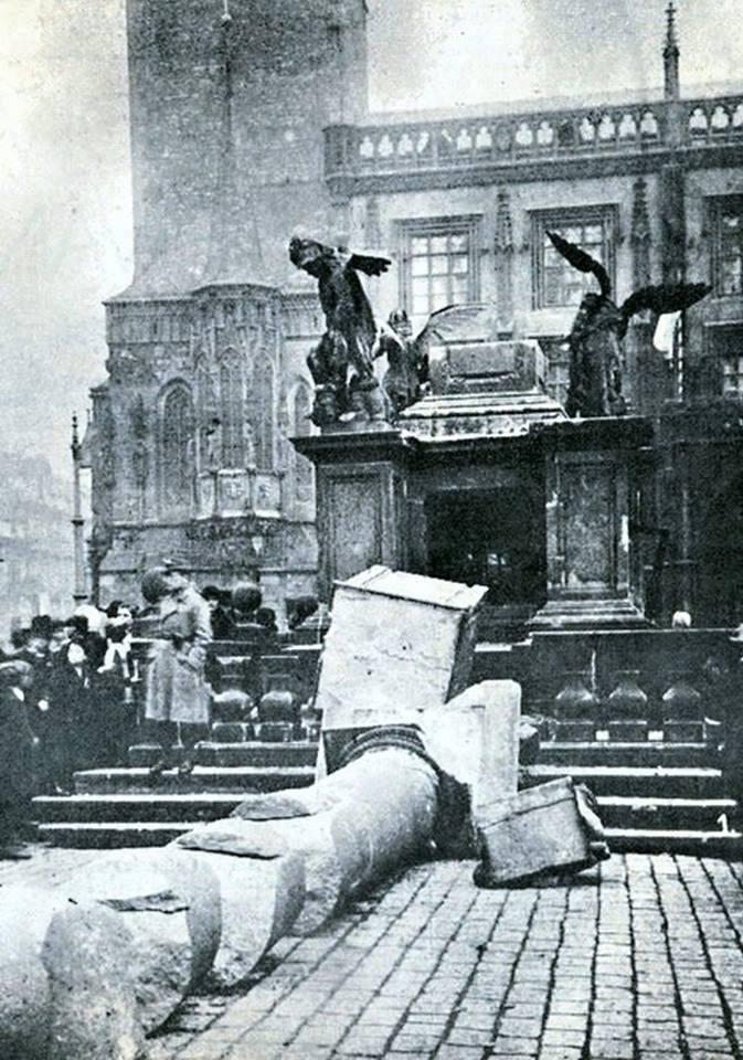 1918 Likvidace mariánského sloupu rozvášněným davem v roce 1918 - Foto vybral a popisky pořídil facebookový profil Staroměstská radnice v Praze
