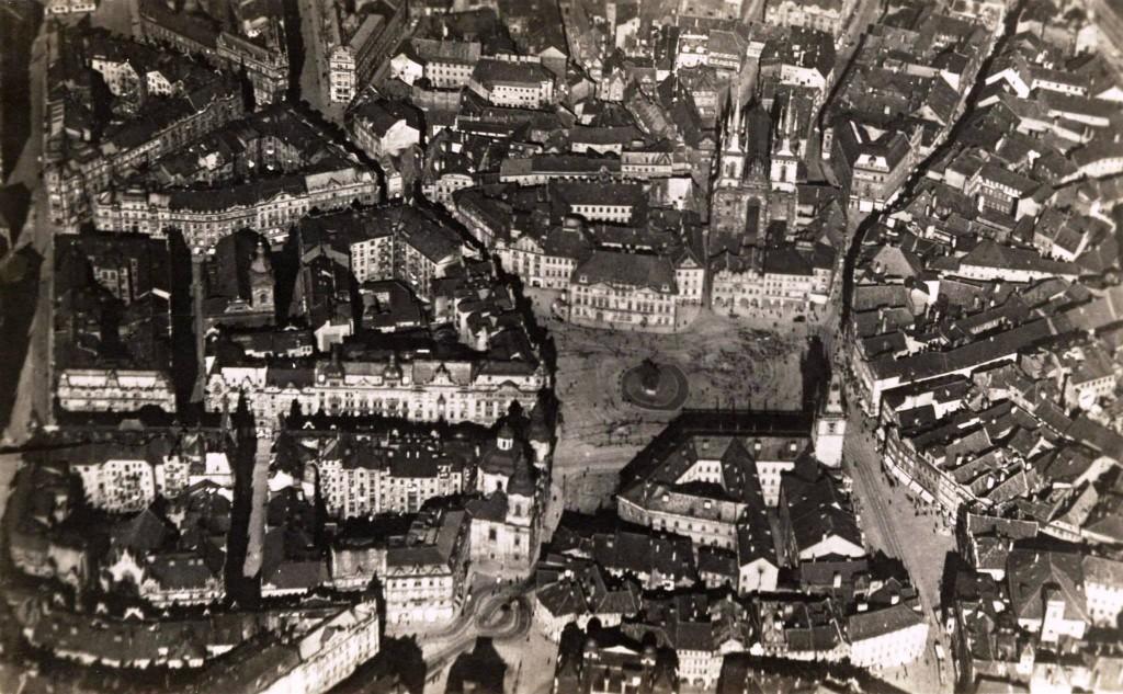 1920 - Letecký pohled na Staroměstské náměstí kolem roku 1920 - Foto vybral a popisky pořídil facebookový profil Staroměstská radnice v Praze