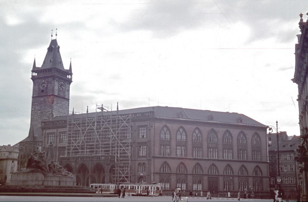 1942 - Oprava fasády v roce 1942 - Foto vybral a popisky pořídil facebookový profil Staroměstská radnice v Praze