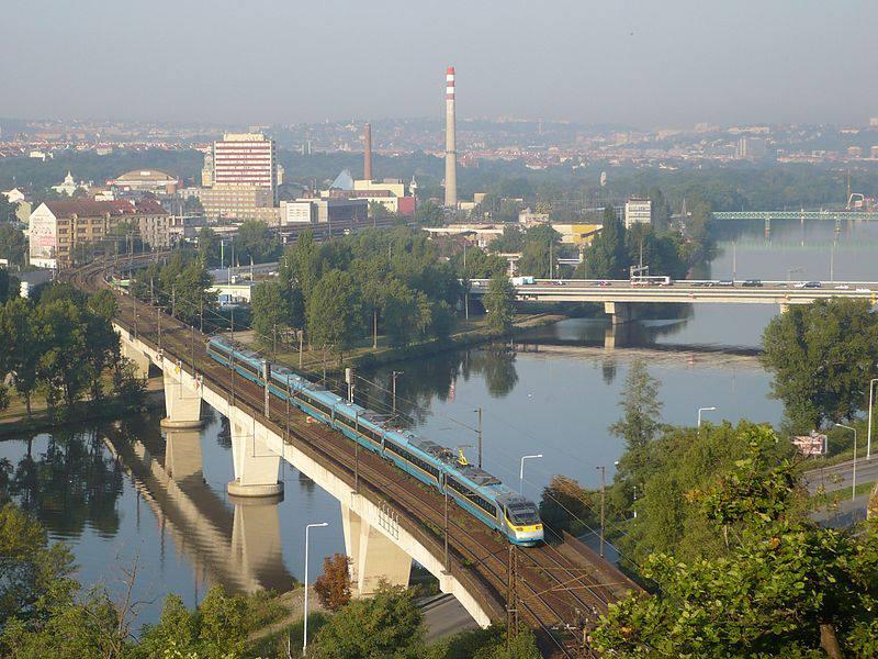 24.Holešovický železniční most (pod Bulovkou) spojuje stanici Praha-Holešovice a odbočku Rokytka v Libni, je po něm vedena tzv. Holešovická přeložka. Navazuje na něj železniční tunel pod Bílou skálou. Most nebyl oficiálně pojmenován.