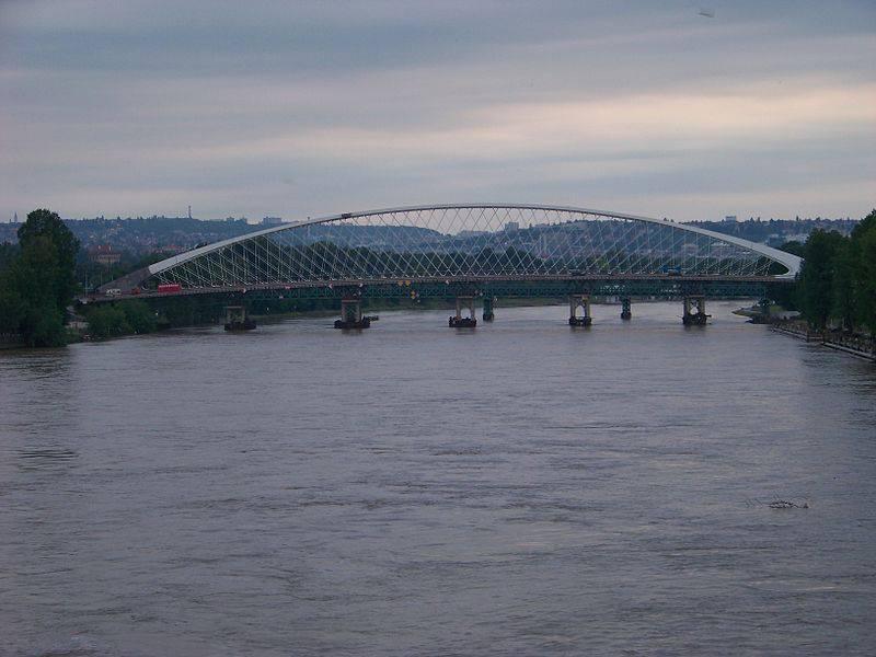 26.Trojský most je od roku 2010 budovaný silniční a tramvajový most přes Vltavu v Praze, který má vést z Partyzánské ulice v Holešovicích do oblasti ulic Povltavské a Trojské v Troji. Má sloužit místní dopravě a nahradit provizorní trojský tramvajový most, který sloužil od roku 1977