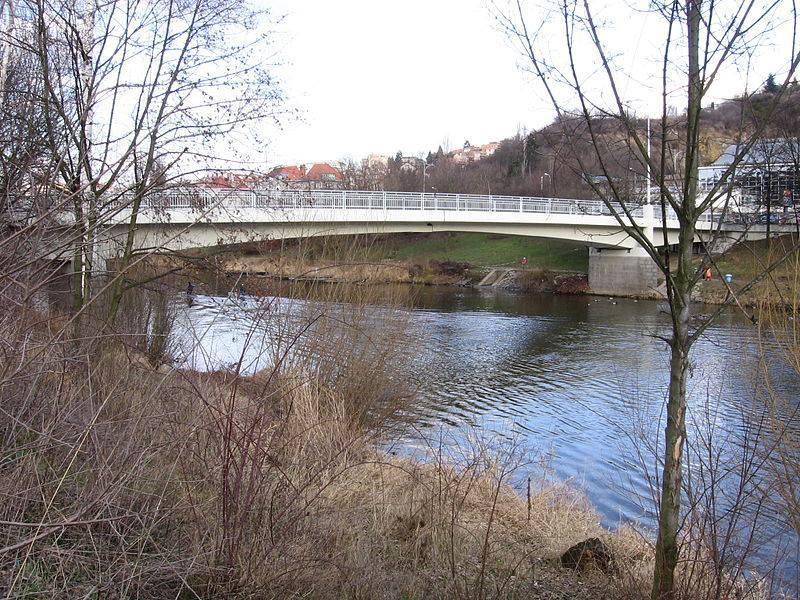 6.Současný most na Veslařský ostrov byl postaven v letech 1956–1958. Umožňuje přístup z Podolského nábřeží na pravém břehu Vltavy na Veslařský ostrov.