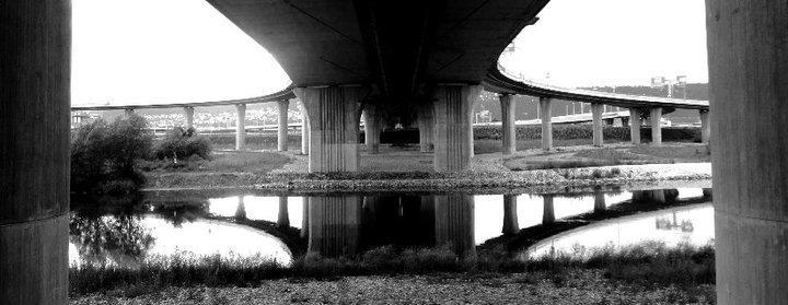 3.Radotínský most je dvojice mostních staveb na Pražském okruhu, klene se nad údolím Vltavy a Berounky ještě před jejich soutokem. Fyzicky na sebe obě stavby plynule navazují a tvoří jediný most, z úředního hlediska jde však o dvě různé stavby, každá z částí má jiné konstrukční řešení a jiného dodavatele. Provoz na mostě, který je označován za nejdelší v České republice, byl zahájen 20. září 2010. - (Foto: Barbora Fontánová)