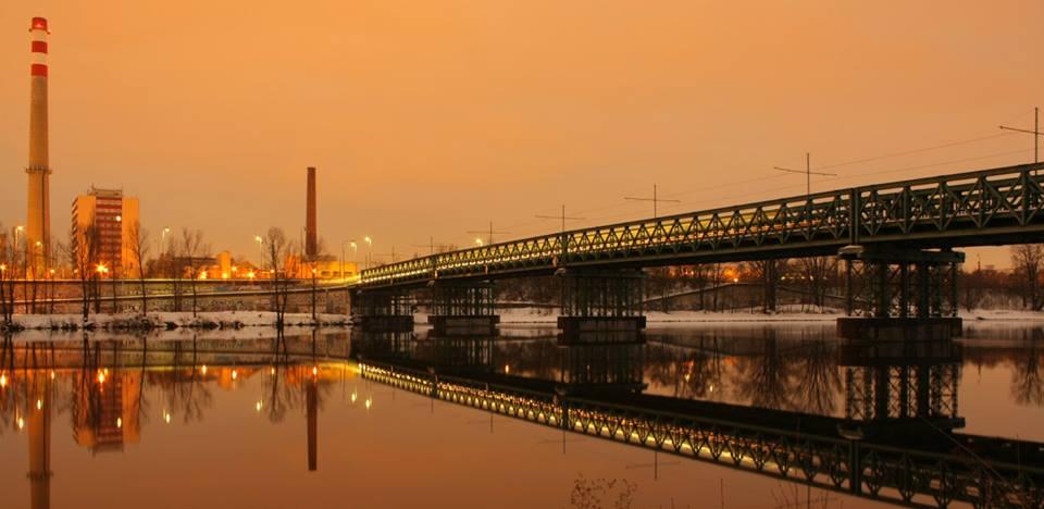 26.Trojský tramvajový most (rámusák) Trojský tramvajový most byl dvoukolejný most postavený pro tramvajovou trať Partyzánská – Trojská – Hercovka – Ke Stírce. Na mostě byly vedle kolejí dva úzké nouzové chodníčky. Most nahradí nový Trojský most.