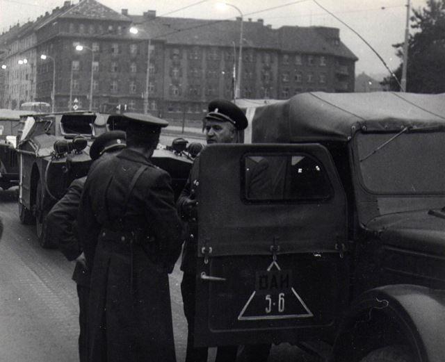 Intervenčním jednotkám v počtu 750 tisíc vojáků s 800 letadly, 6300 tanky a 2000 děly a raketami velel generál J. G. Pavlovskij (na snímku) - Děkujeme panu Dušanu Neumannovi za poskytnutí fotografii, jejichž je autorem