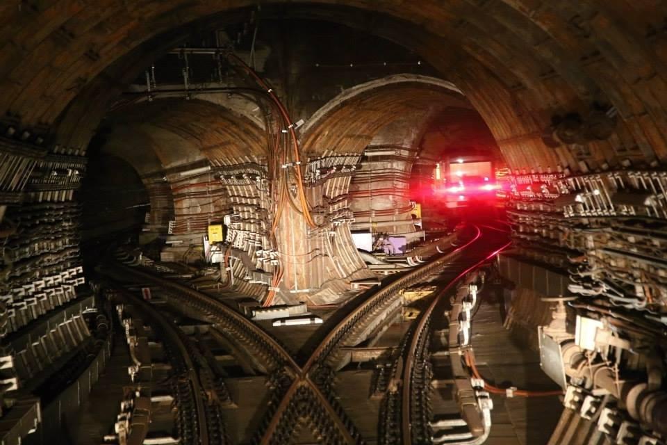 V tunelu metra. Zde výhybka směřující vlaky do depa Kačerov - Foto: Štěpán Rusňák